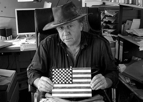 Gunter Demnig mit seinem ersten (antiamerikanischen) Kunstwerk: USA-Flagge mit Totenköpfen anstatt Sternen.