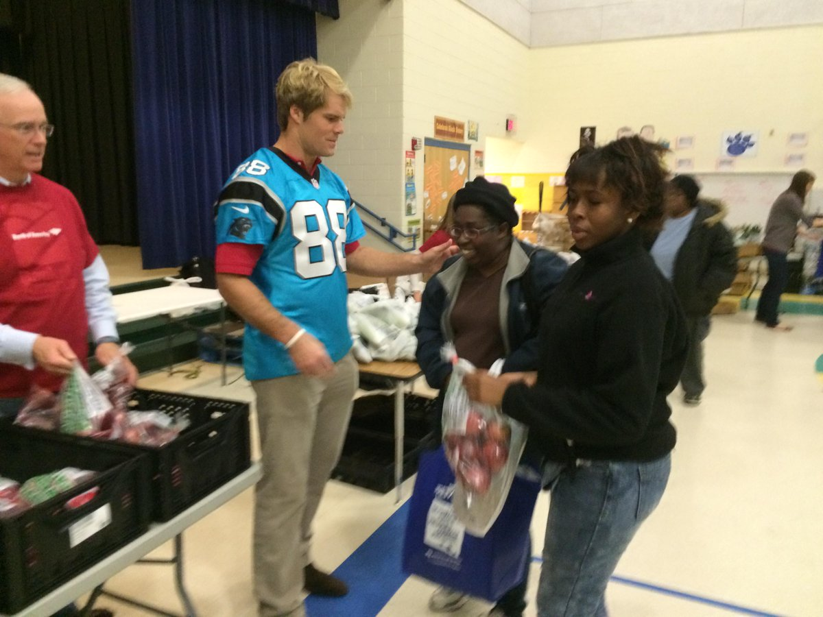 #Panthers @gregolsen88 helps distribute food at @FoodBankonthego event. Said he hopes to visit Cam Newton tonight. http://t.co/mmkPP5okjG