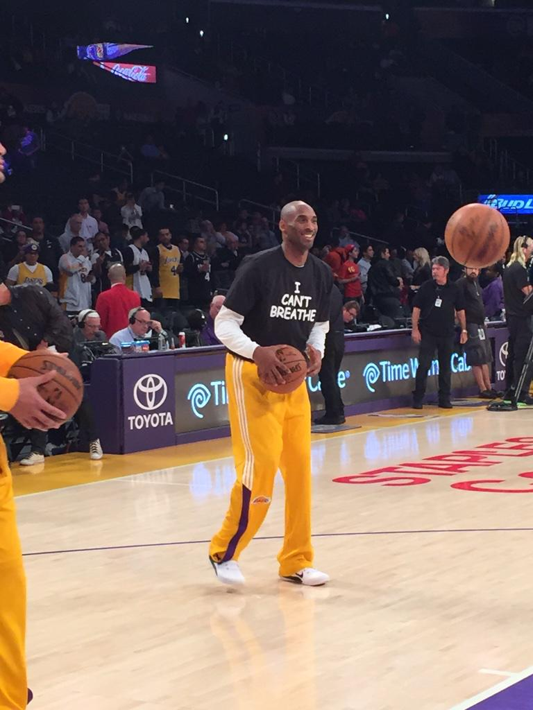 "RT @BaxterHolmes: Kobe Bryant warming up in an ""I can't breathe"" shirt. #lakers #ericgarner http://t.co/lNx7d1XAni"