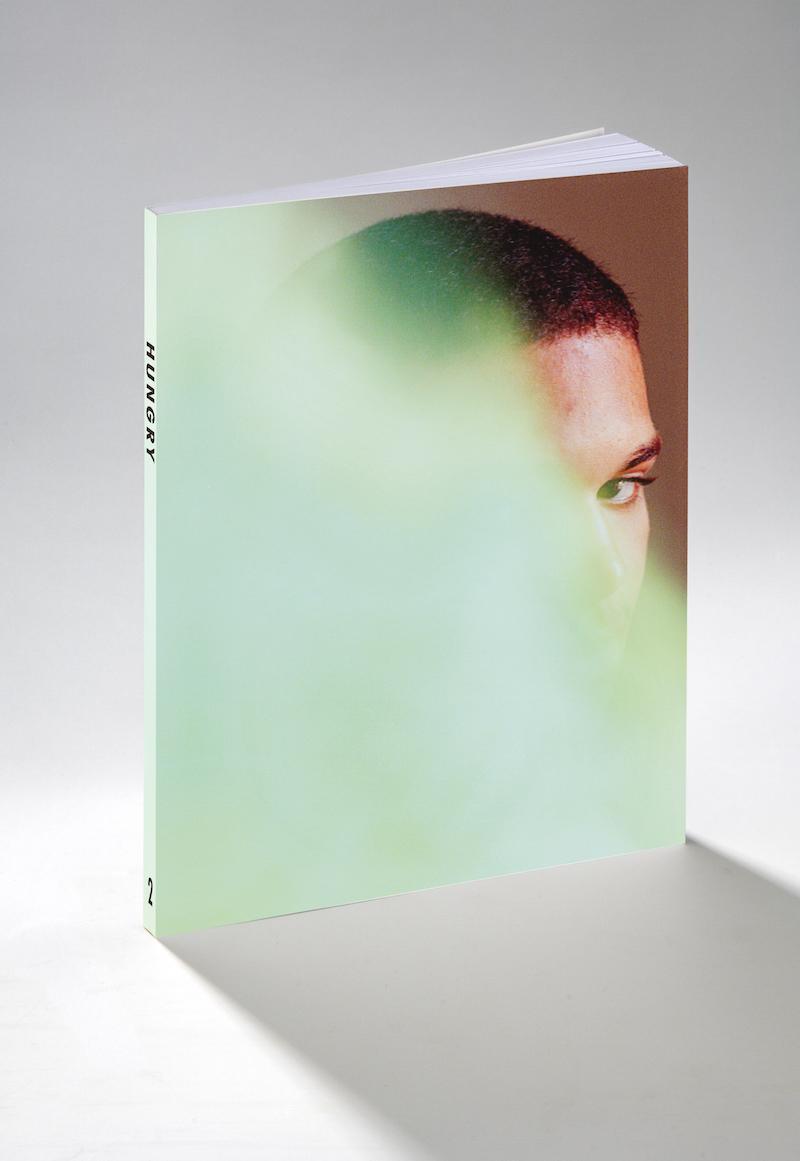 若手日本人写真家ガイドHUNGRY ISSUE.2(英語版)を12月15日より発売開始。 2015年1月25日まで、掲載作品が5000円(フレーム付き)で購入できる限定セットも用意。http://t.co/b4Ad6hx3Ln http://t.co/RKVXdJhEey