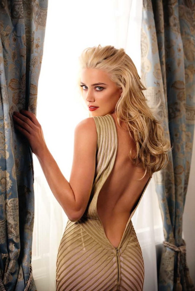 Amber Heard de vestido decotado.