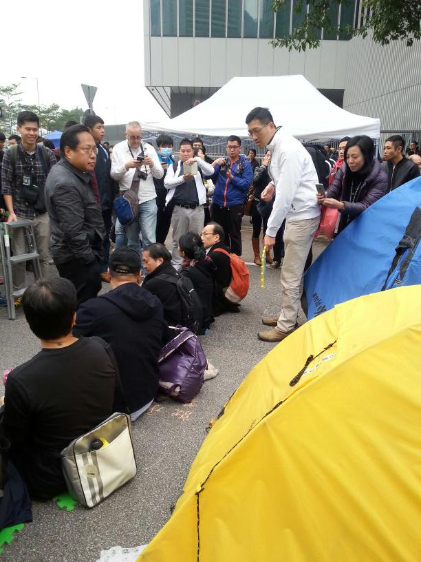 More pan dem lawmakers including emily lau hv sat down amid #OccupyCentral clearance. #UmbrellaMovement http://t.co/aIYAsZEfsu