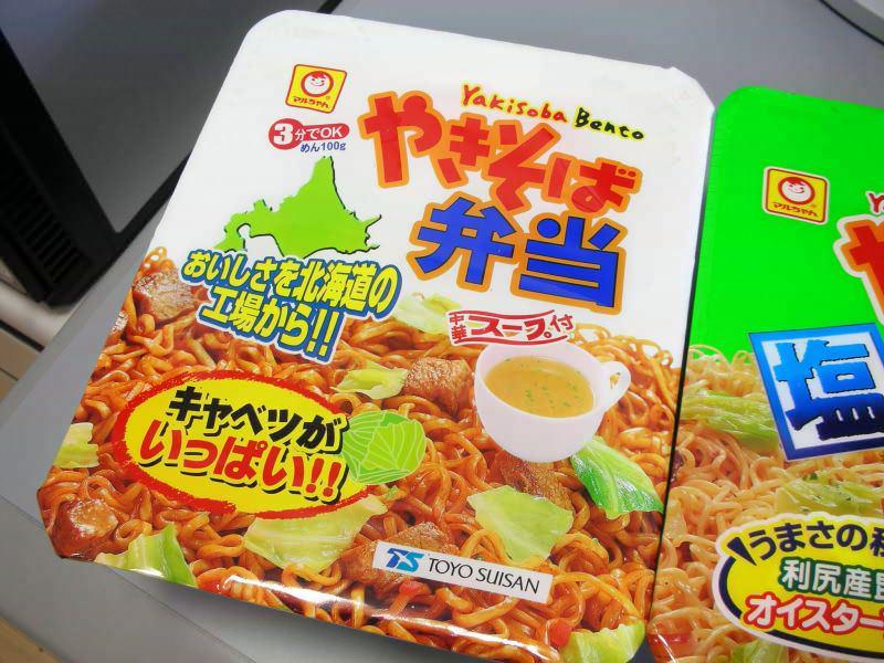 ペヤングが販売停止らしいので、各スーパーはこの機会に北海道から焼きそば弁当を大量買い付けして欲しい http://t.co/0ELNiL7CUN