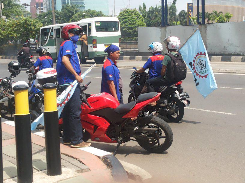 Bakar Ban di Gerbang Pulomas, Massa Buruh Lalu Konvoi di Tol Wiyoto Wiyono