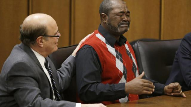 ►Accusé de meurtre par erreur et condamné à perpétuité, il est blanchi 40 ans après les faits http://t.co/mcq06LLlB4 http://t.co/izjj1qkhDY