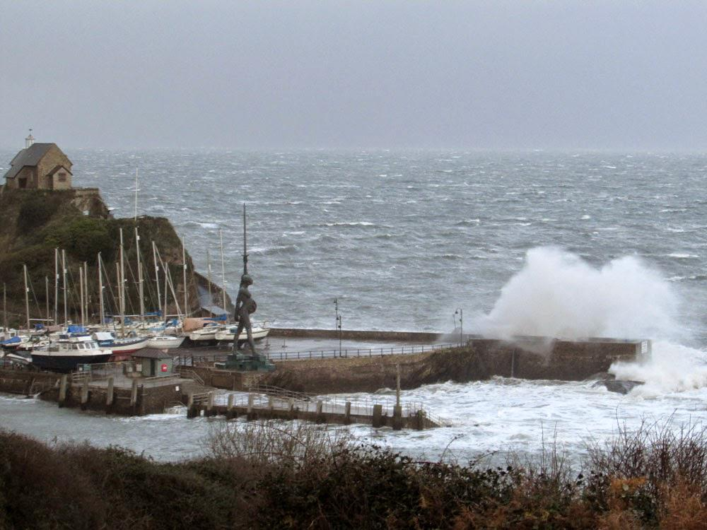 More waves crashing over #Ilfracombe Quay this morning #ndevon http://t.co/iy1OOQPMd4