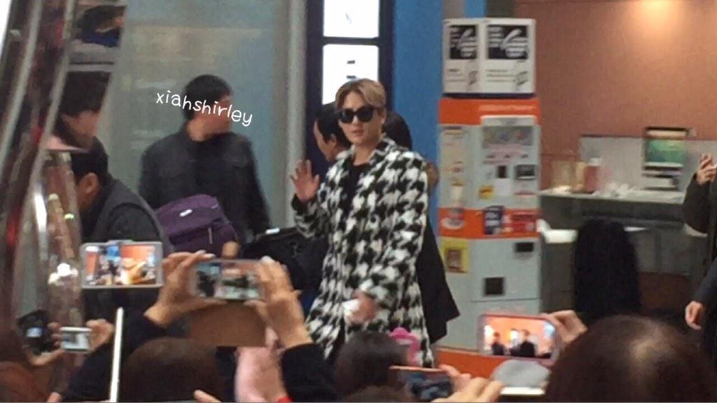 関西空港のジュンスとユチョン♡ ジュンスずっとファンに手を振って可愛い^^ http://t.co/VUdzzaMhQj