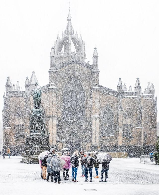 An amazing picture of #Edinburgh's St Giles cathedral yesterday during UK's #weatherbomb ... http://t.co/fH5NzjKl2o http://t.co/GwmvhHCX7x