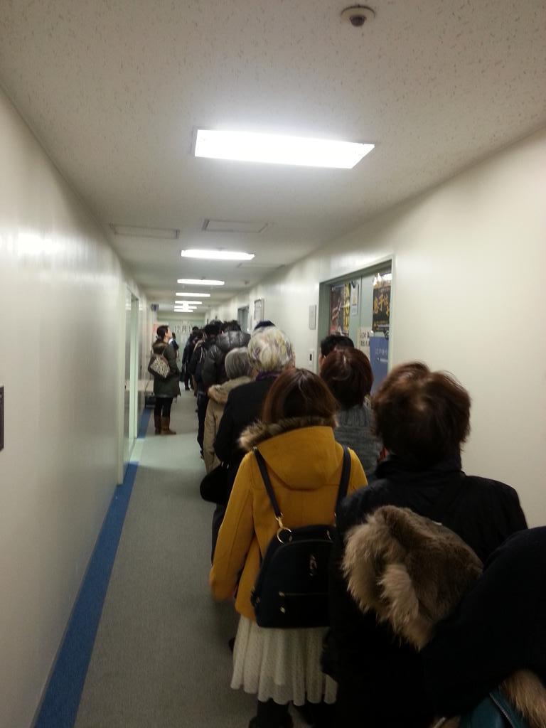 期日前投票 長蛇の列…… 平日来るべきだった…… http://t.co/yNb15E9fyP