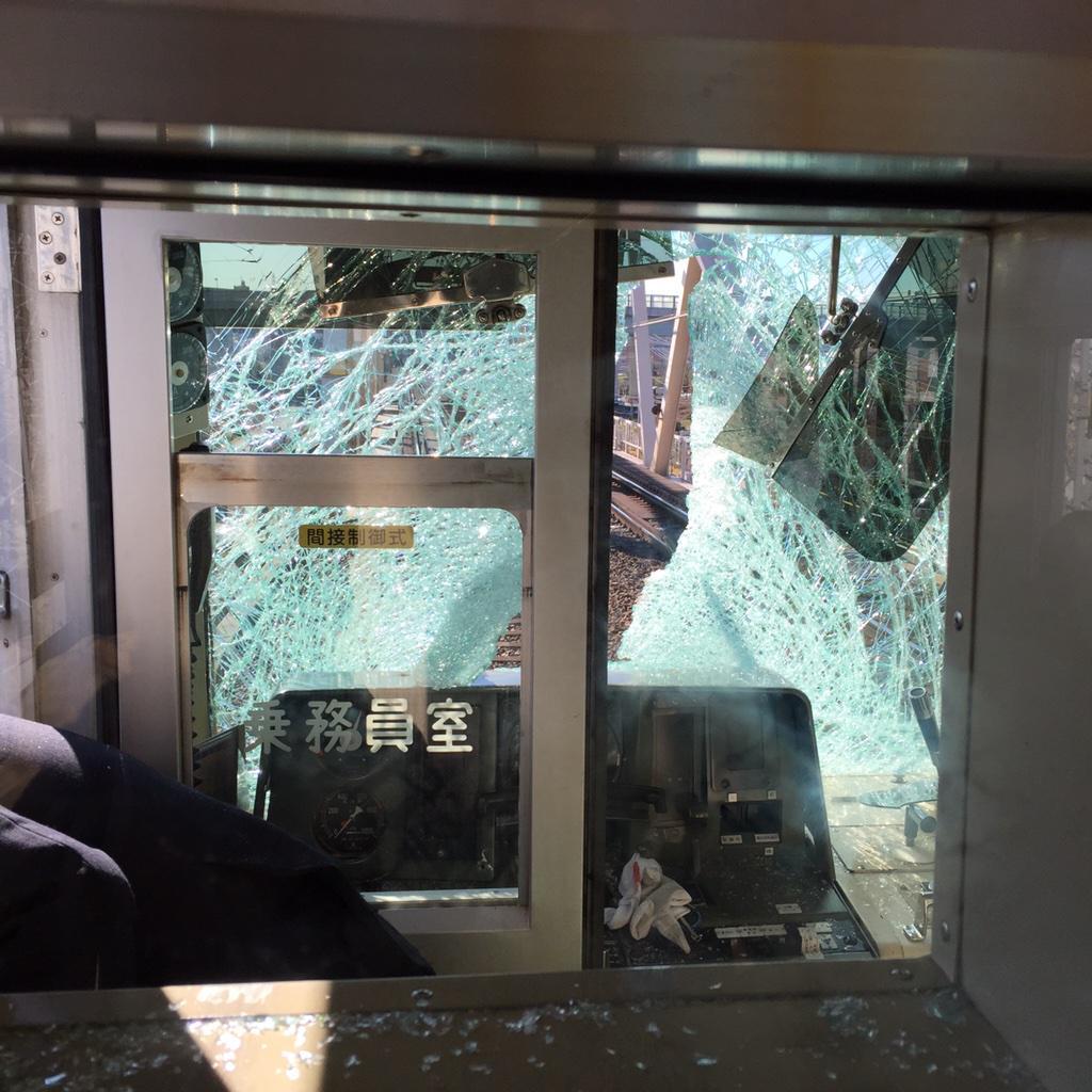 運転席の窓ガラスが粉々になってる(^q^) pic.twitter.com/CrOEfqPvU6