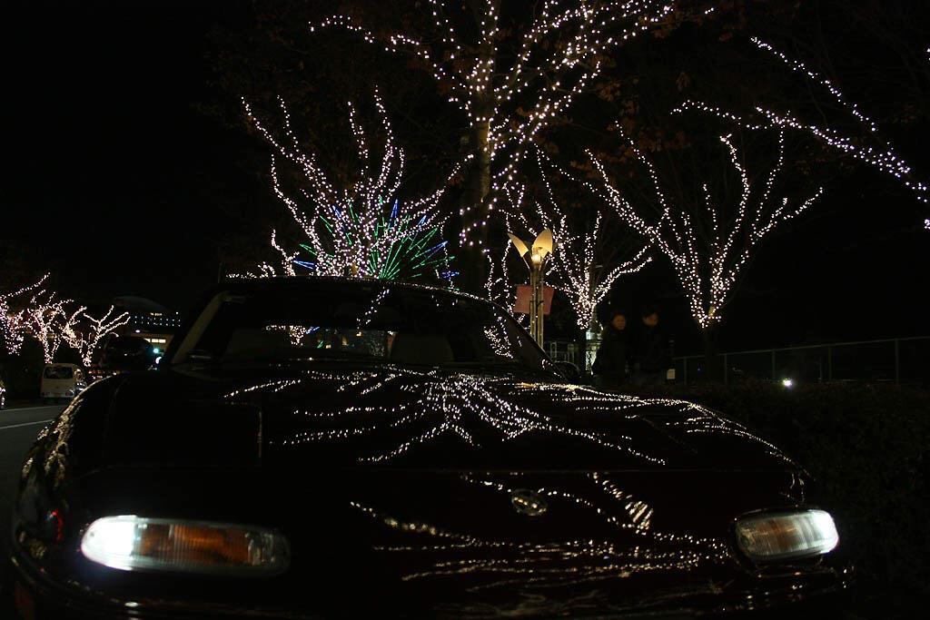 @Mazda_PR ユーノスのボンネットに映るイルミネーション。#クリスマスとマツダ車を並べる (@神戸 ハーバランド) http://t.co/PvMA75qOBR