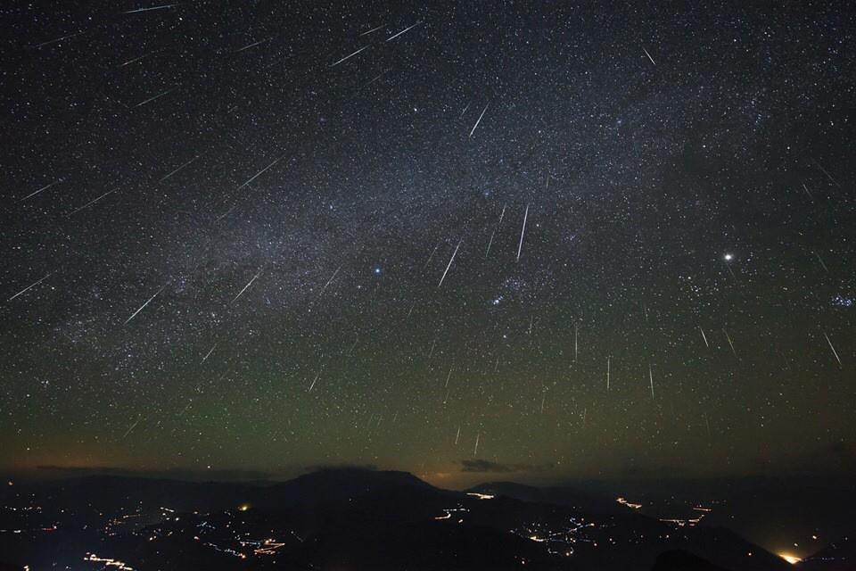 Chat w/us & watch our live stream of the Geminid meteor shower tonight @ 10pm CT/11pm ET! http://t.co/dGlsvioBf1 http://t.co/ZQEN8U7XoN