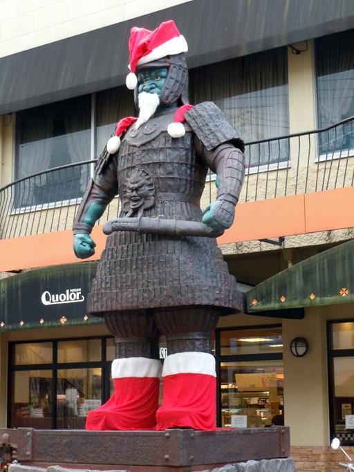 京都太秦大映通り名物の大魔神像が季節感をバッチリとりいれてた。 pic.twitter.com/6yeNhbpsVM