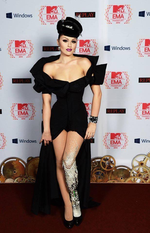 Viktoria Modesta reluzindo em tapete do MTV EMA e prótese de cristais.