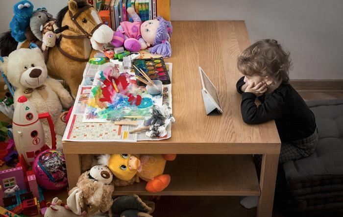 التقنية قتلت الطفولة، واختصرت المتعة في شاشة افتراضية،لم يعد يشعر بشيء حوله، أصبحت حياته و ألعابه و صداقاته افتراضية. http://t.co/C0aCNfnYcm