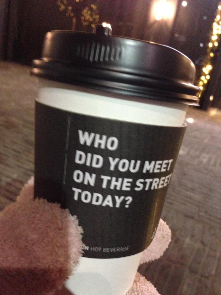 2pmเอากาแฟมาให้แฟนๆที่รอข้างนอก ได้บอก พี่แทคว่า พี่แทค  happy birthday พี่แทคยิ้ม พยักหน้า กาแฟนี้พี่แทคเอามาให้ ฮือ http://t.co/wDTlpsPP6h