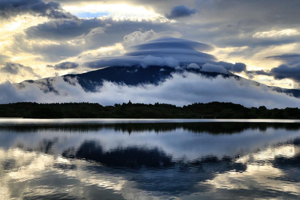 今年一年を振り返って絶対に忘れる事の出来ない光景は、やはりこの2枚ですね。Twitterや他のSNSでもとんでもない評価を頂きました。そしてもう一枚の笠雲も評判よく、取り上げて頂きました。 #写真で振り返る2014年 #富士山 pic.twitter.com/ahPrFteMXf