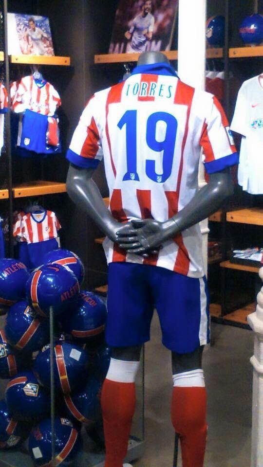 La maglia di Fernando Torres già in vendita nel negozio dell'Atletico Madrid. http://t.co/pt6wnl7vSC