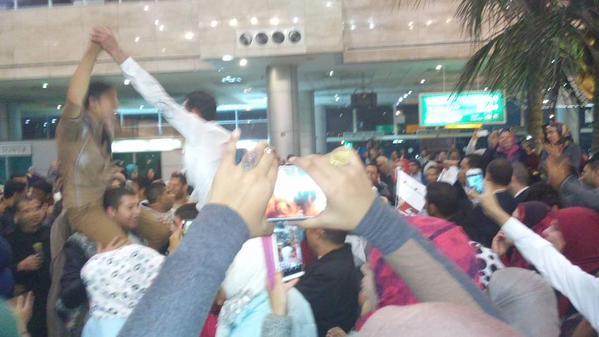 بالصور موعد وصول محمد شاهين مطار القاهرة بالصور رساله محمد شاهين ستار اكاديمى لجمهورة بمطار القاهرة لحظة وصولة