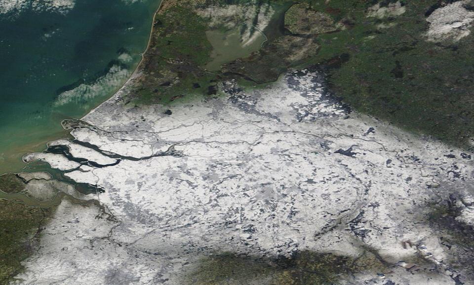 """Waanzinnig mooie satellietfoto van de #sneeuw in het zuiden en midden van het land. Bron: """"NASA Worldview"""". http://t.co/6H1RXFZRtW"""