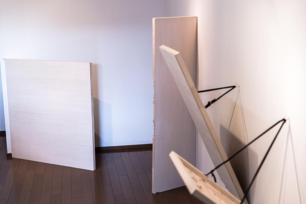 豊嶋康子個展「PANEL #24~」足利にて。無塗装のパネル状で、裏側に補強を兼ねた構造がある作品。秘密基地萌え。 http://t.co/P9UcDYNLei