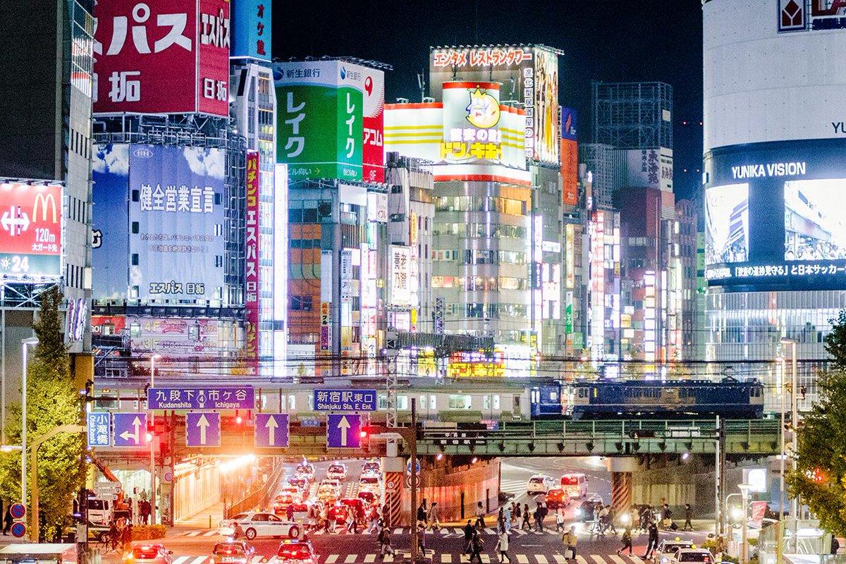 夜の新宿をブルートレインが往く。 pic.twitter.com/i9bHse9xgh
