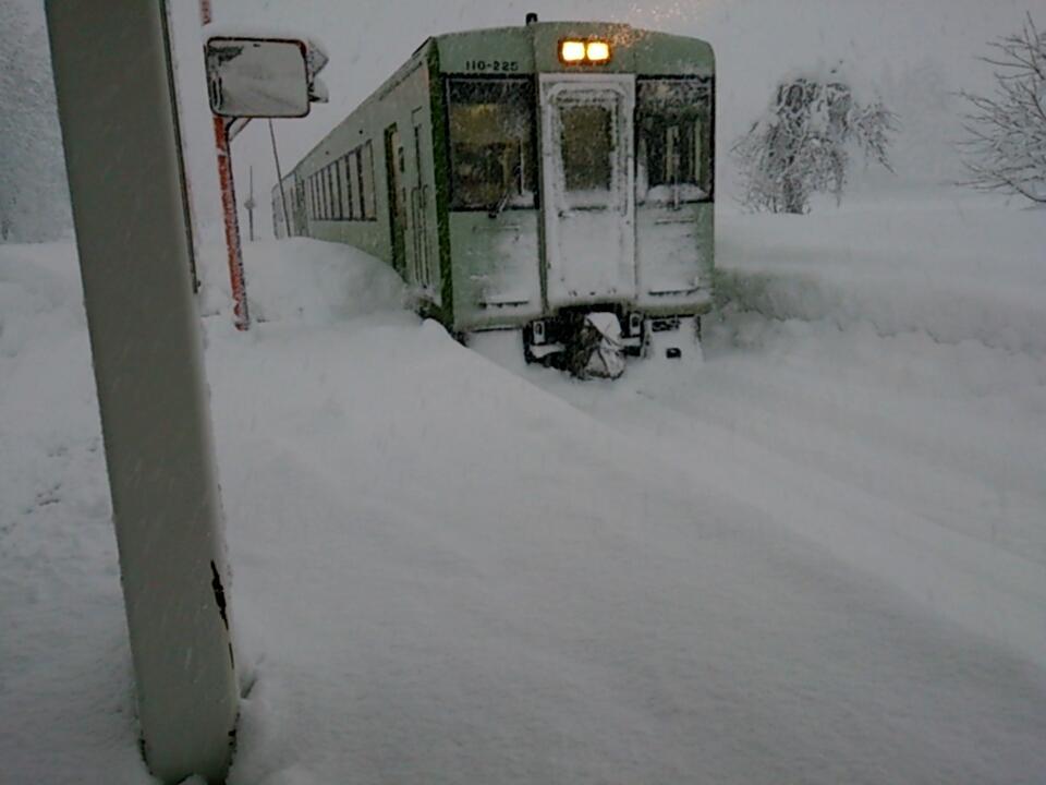 駅がこんな状況でも列車のくる飯山線 pic.twitter.com/Nul0fETeZ6