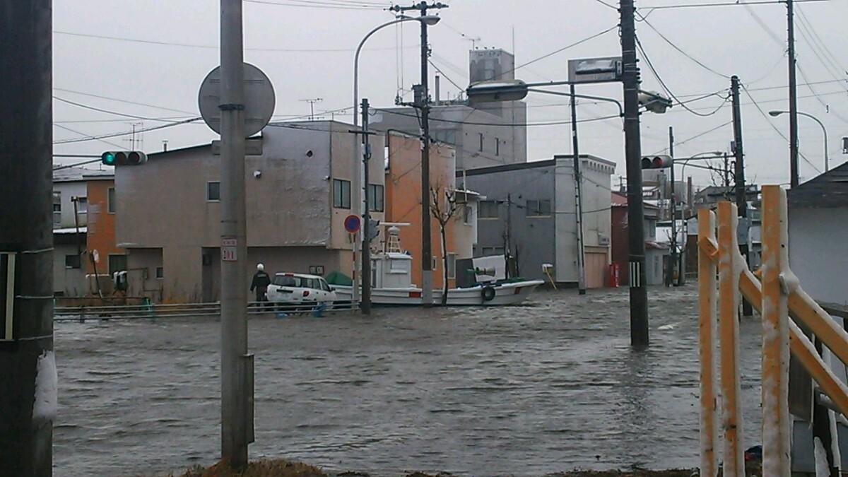 根室、緑町・梅ヶ枝町・弥生町の一部で浸水。近くの港から船が流されてきていた模様。 pic.twitter.com/5nDJ0qdoY5