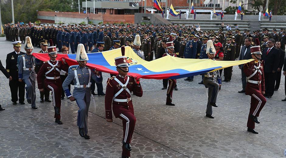 Izan Bandera Nacional en conmemoración a la muerte del Libertador