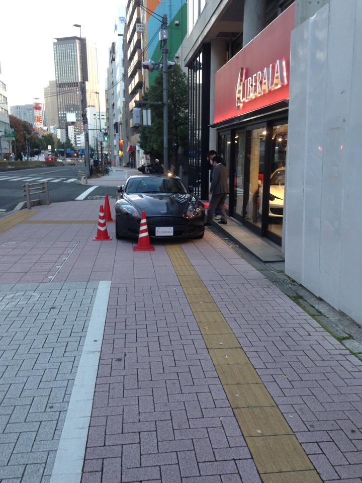これあそこやん RT @2kaikara: 都内の高級車ディーラーらしき店舗前で歩道の上に車を置いて客に車を見せてた。カラーコーン置きゃいいってもんじゃない。もっと重要なのは、ここは点字ブロックの上。 http://t.co/r43X8m0x2V