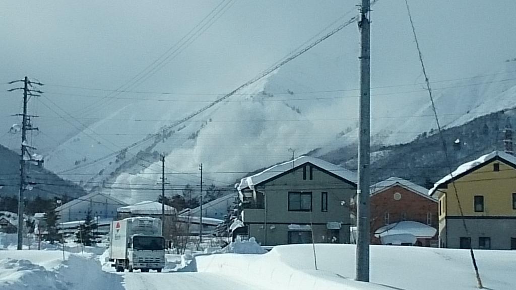 八方尾根崩沢で大規模雪崩! pic.twitter.com/5FsxHt2Svh