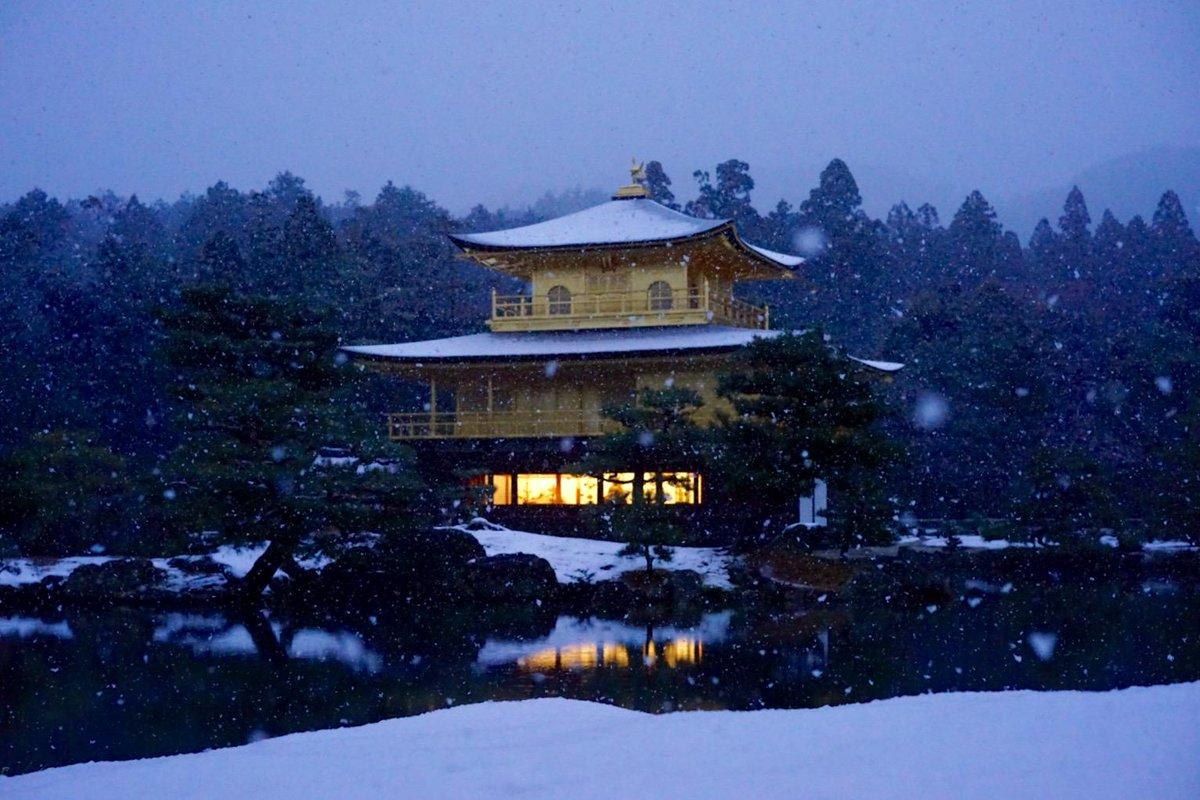 今日の金閣寺は滅多に撮影出来ない雪の降る1枚になりました。自分でも信じられないくらい美しい金閣寺です#金閣寺 #京都pic.twitter.com/a3O2LaObNc