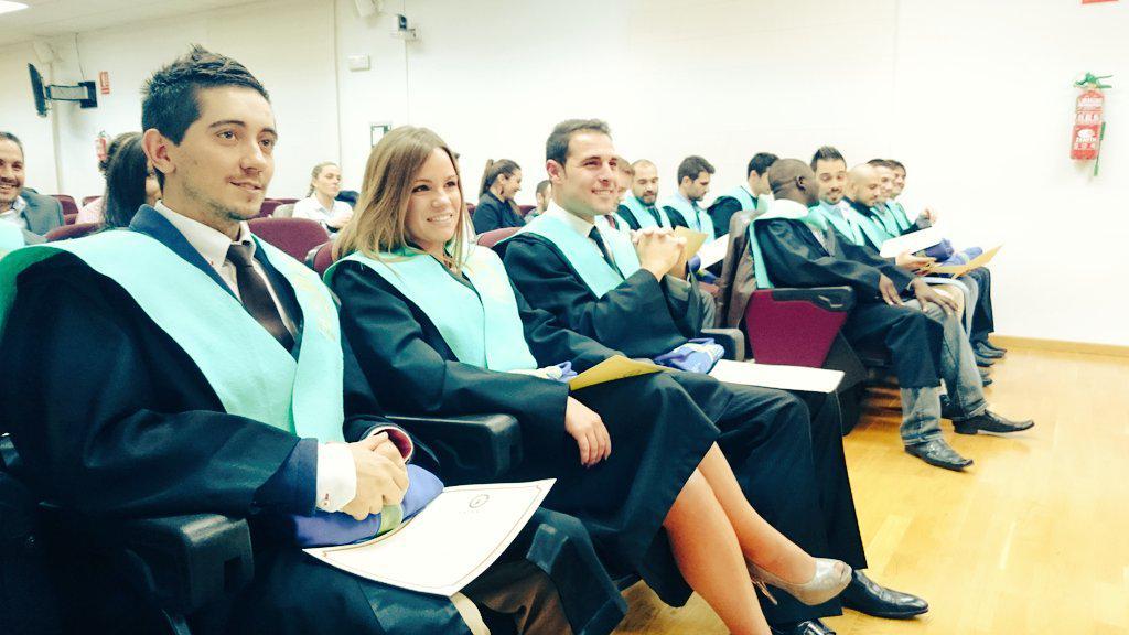 Los nuevos graduados en el Máster de Alto Rendimiento Deportivo posan orgullosos con sus becas. http://t.co/3TKEb1dkM4