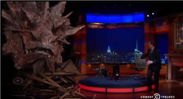 なんと『#ホビット 決戦のゆくえ』でベネディクト・カンバーバッチが演じる #スマウグ がアメリカのトーク番組でインタビューされました!ドラゴンとのインタビューはこちら! #リアル中つ国  http://t.co/qKh9FriBQx http://t.co/iR2IzgYEeZ