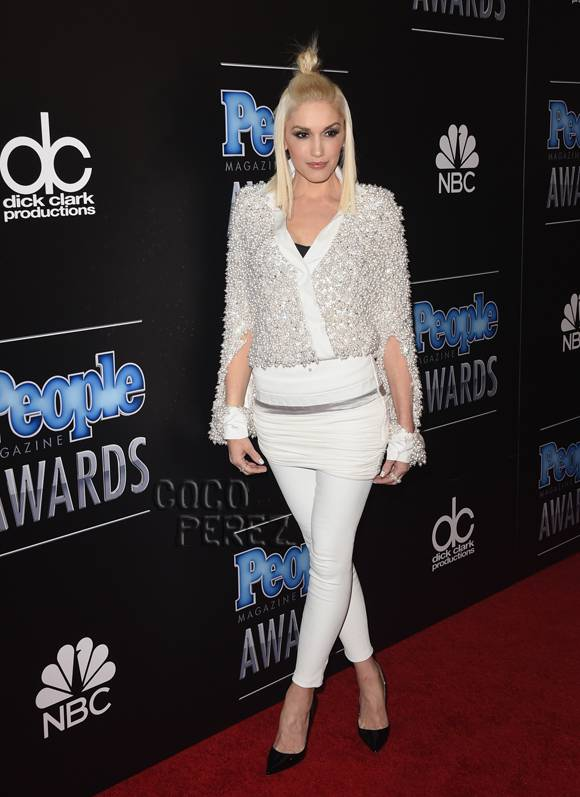 .@GwenStefani Loved the all white look at the #PEOPLEMagazineAwards! http://t.co/7cDxiuOZH8 http://t.co/cK5YGFlcdV