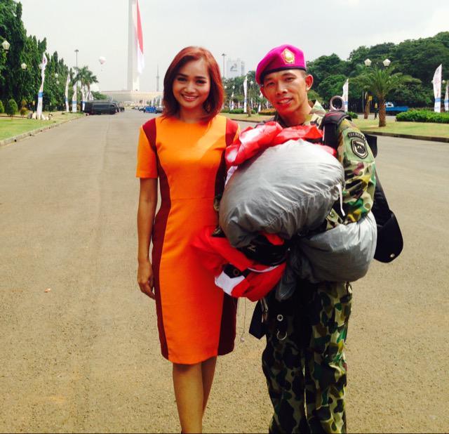 "Yulfitri Nesha on Twitter: ""With Kapten Marinir Dave Lomboan peterjun di upacara hari Bela Negara @ditBelaNegara di @SindoTV http://t.co/w4eVQD3E9v"""