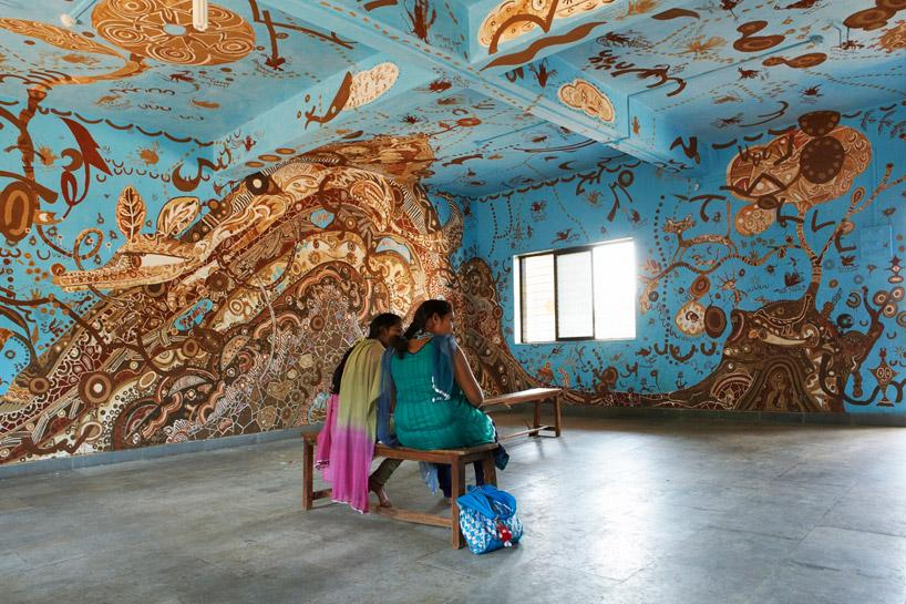 This year Yusuke Asai covered a school classroom in Maharashtra in a #mural made with mud from the surrounding site http://t.co/qui1JXpsFQ