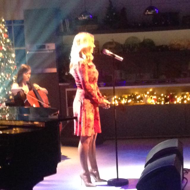 RT @ITVLorraine: Simply stunning! @KathJenkins performs Christmas classic Silent Night http://t.co/HFgtRGhqGC
