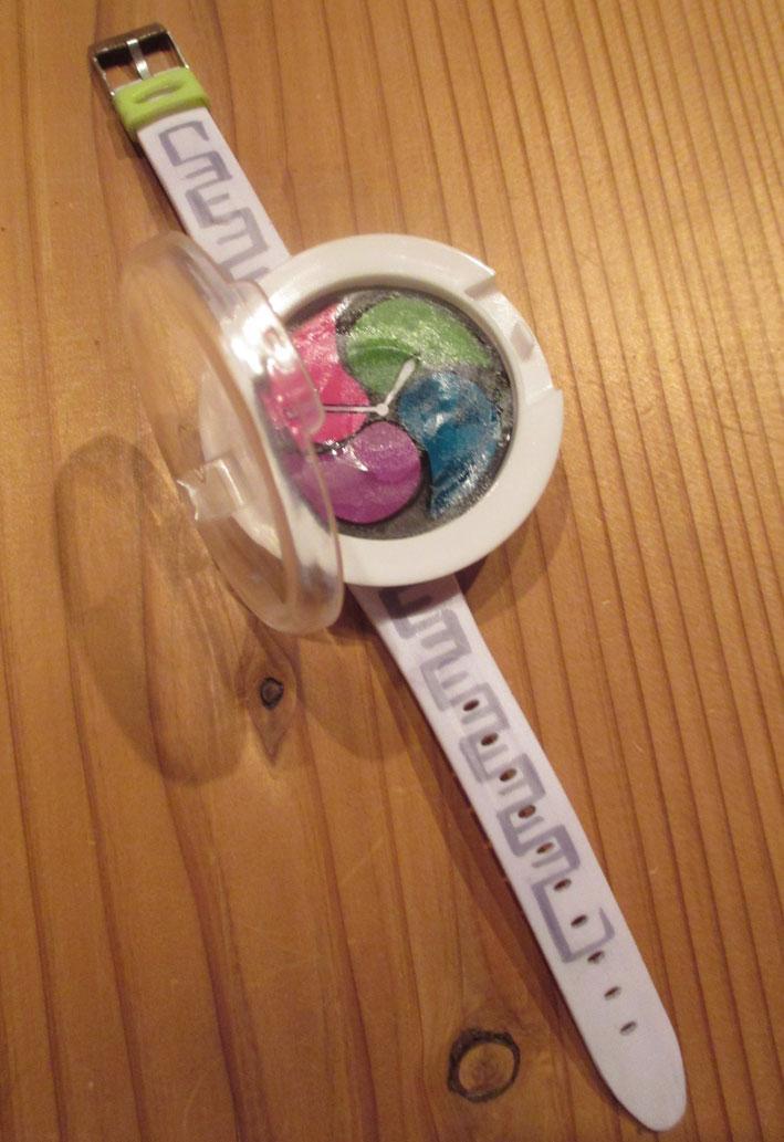 ムスコが自分で作った段ボール製の妖怪ウォッチが壊れてきたので「おかあさん作って」と。「買って」じゃなくて「作って」と。うれしかったのでおかあさん作りました。ちゃんと妖怪を見つけられるライトもつけたよ。 pic.twitter.com/VmcU6RtuMR
