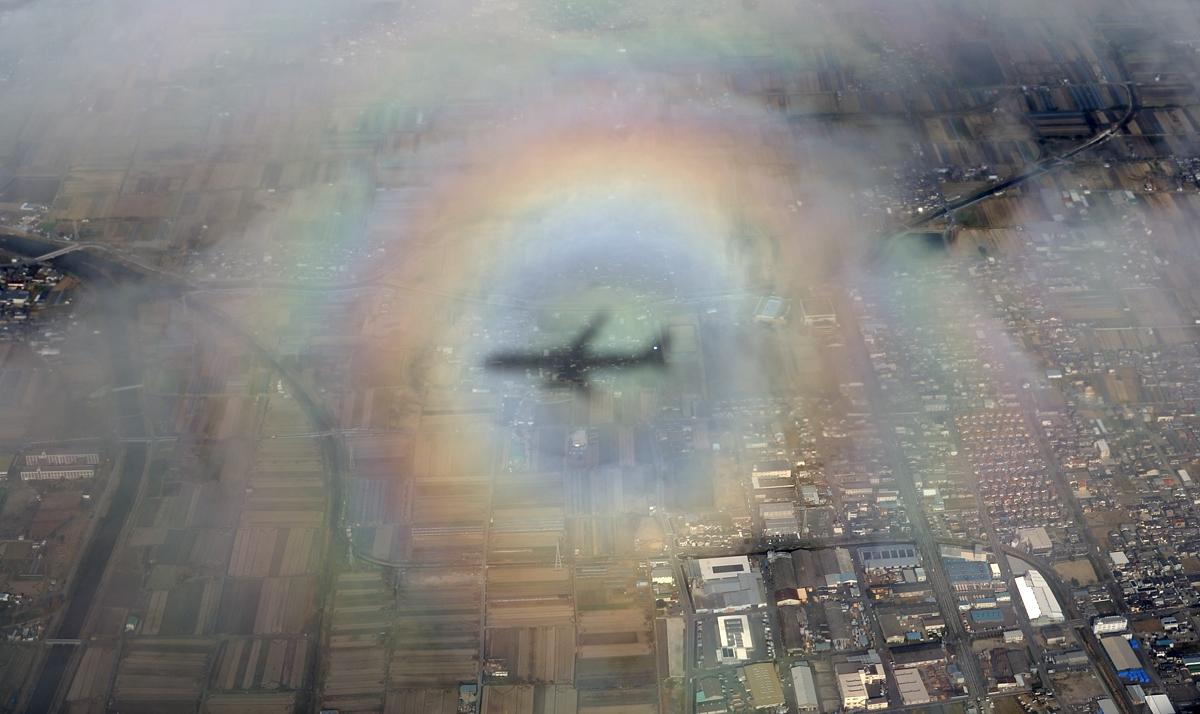 今日の羽田→伊丹便、大阪への降下中に現れた虹のリング。太陽を背にした飛行機の周囲に光が拡散され、雲の上で虹のように見える「ブロッケン現象」です。実際に見て撮影に成功したのは初めてで、夜になった今も興奮が冷めません。