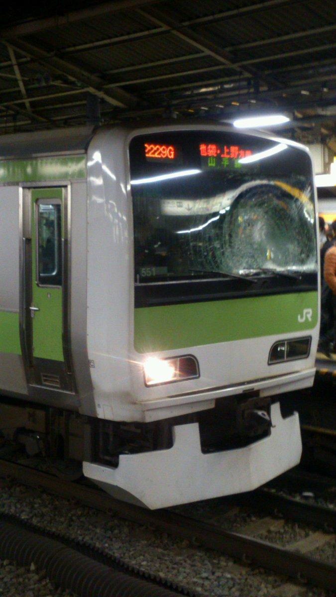 山手線新宿駅にて人身事故発生。当該車は15番線中程に停車中。前面ガラス破損、前照灯が片方切れています pic.twitter.com/IsELkJ1aWd