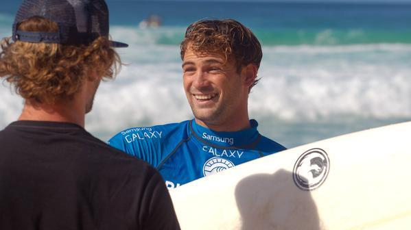 Hoje é dia de Brasil no Havaí. @alejomuniz elimina @kellyslater na última onda do Round 3 #PipeMasters #VAIMEDINA http://t.co/bc0nIIOi9b