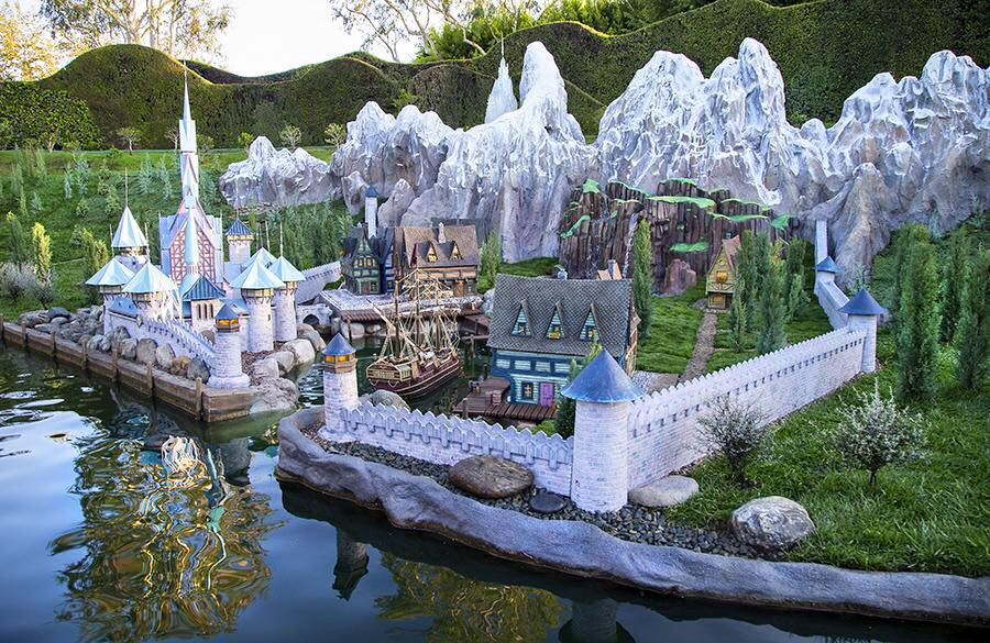 Frozen miniatures incl. the village of Arendelle & Elsa's ice palace join Storybook Land Canal Boats at Disneyland http://t.co/9r8AsTPzzZ