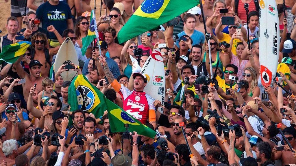 Festa brasileira no Havaí @gabriel1medina já disse: Esse foi para o Brasil! AOVIVO no http://t.co/JddVShoBhV http://t.co/KAjNLpiABk
