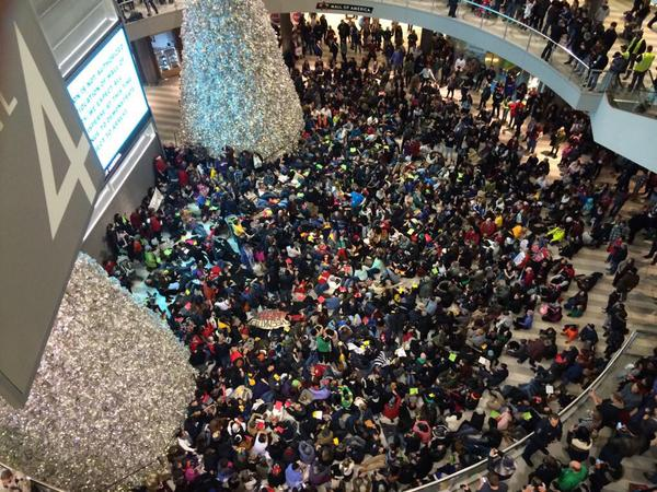 RT @sonsandbros: Hundreds of protesters have shown up chanting #BlackLivesMatter at the Mall of America! #ICantBreathe #WeCantBreathe http:…