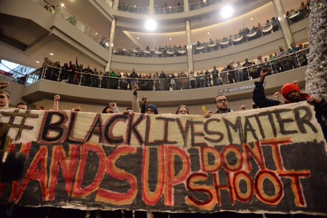 People fill Mall of America rotunda for #BlackLivesMatter protest. http://t.co/iaCni30hPn #MOA http://t.co/Ydi6f9g58o