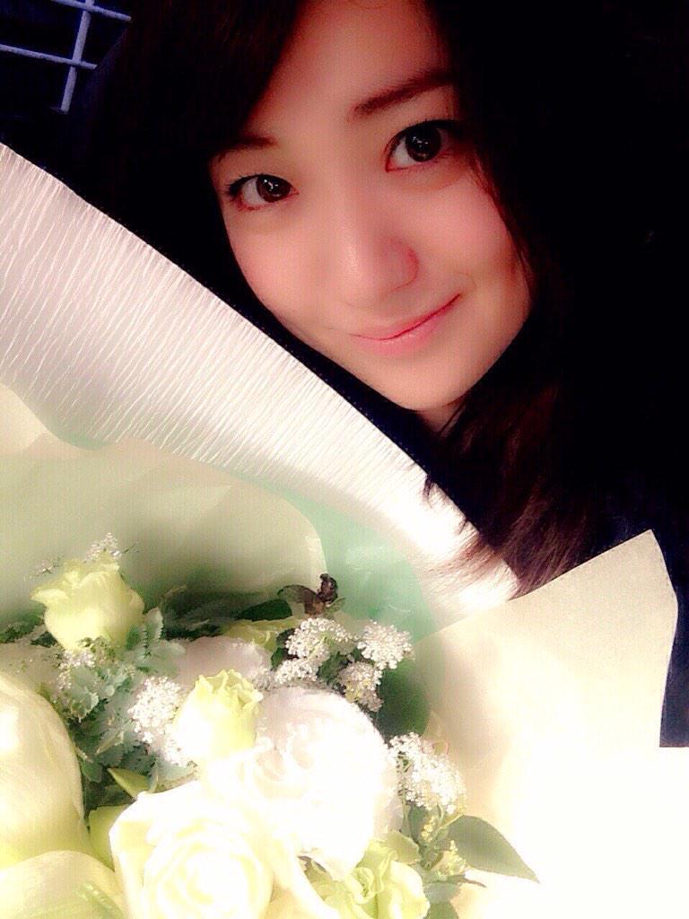 花を持つ大島優子
