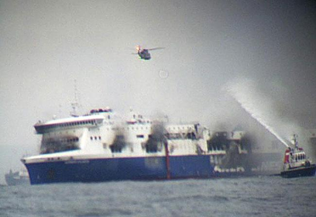 Italy ferry fire: Hundreds still awaiting airlift http://t.co/TGuUoYN2zJ http://t.co/YpsVIhVDe9