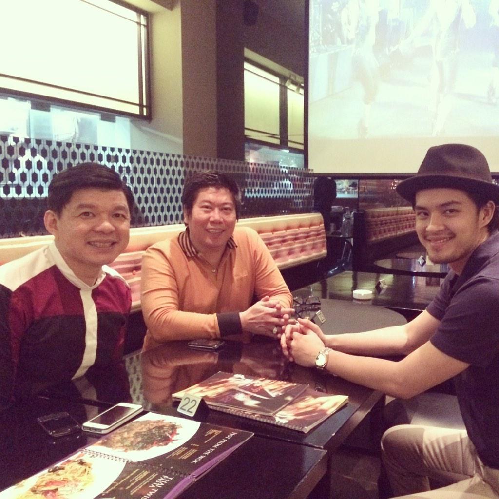 "@MorganOey with his management @avatara88 di gala premier film "" Merry Riana"" @sulung88pic.twitter.com/2rRaqoxyUz"