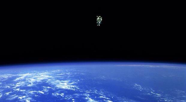 Just one of those really awesome humans in space pics! Astronaut Bruce McCandless 1984 #MMU #FreeFlyingInSpace #Wow! http://t.co/BHWCi2ALNI